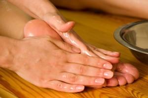 Sección masaje, masajes, masajista. Masaje en la planta del pie con aceite