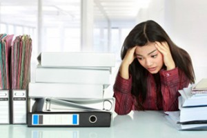 Chica estresada ne la oficina