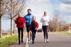 Foto de una familia corriendo