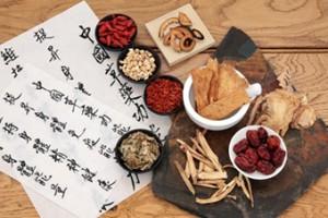 Medicina Tradicional china: Plantas medicinales chinas de la formacopea china con unos pergaminos escritos en ideogramas chinos