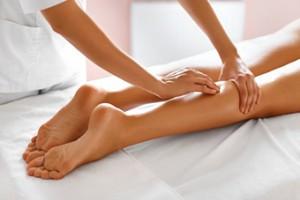 Sección masaje, masajes, masajista. Masaje de piernas a nivel de sóleo